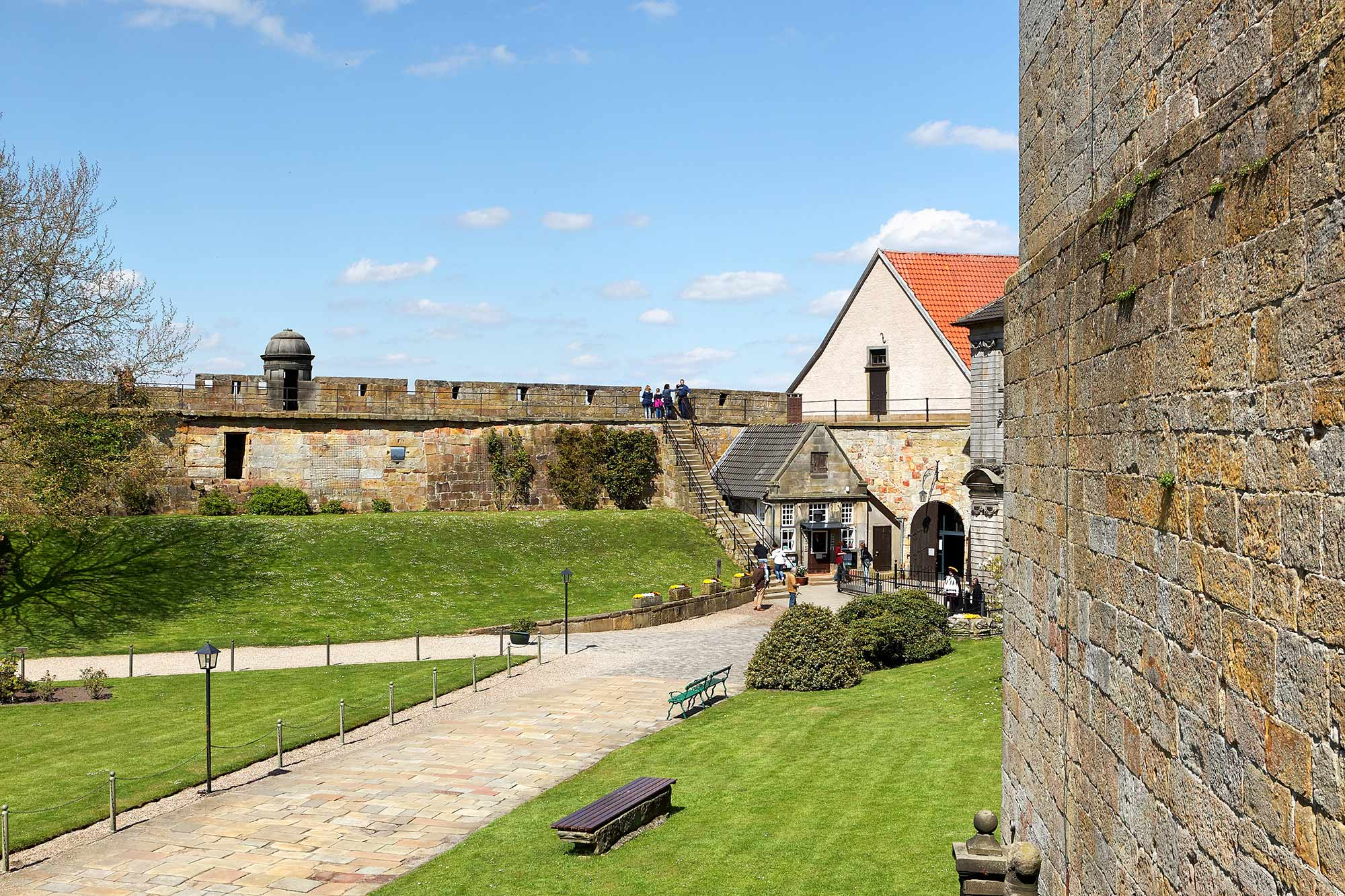 Courtyard and weir of Burg Bentheim © Andreas Richter