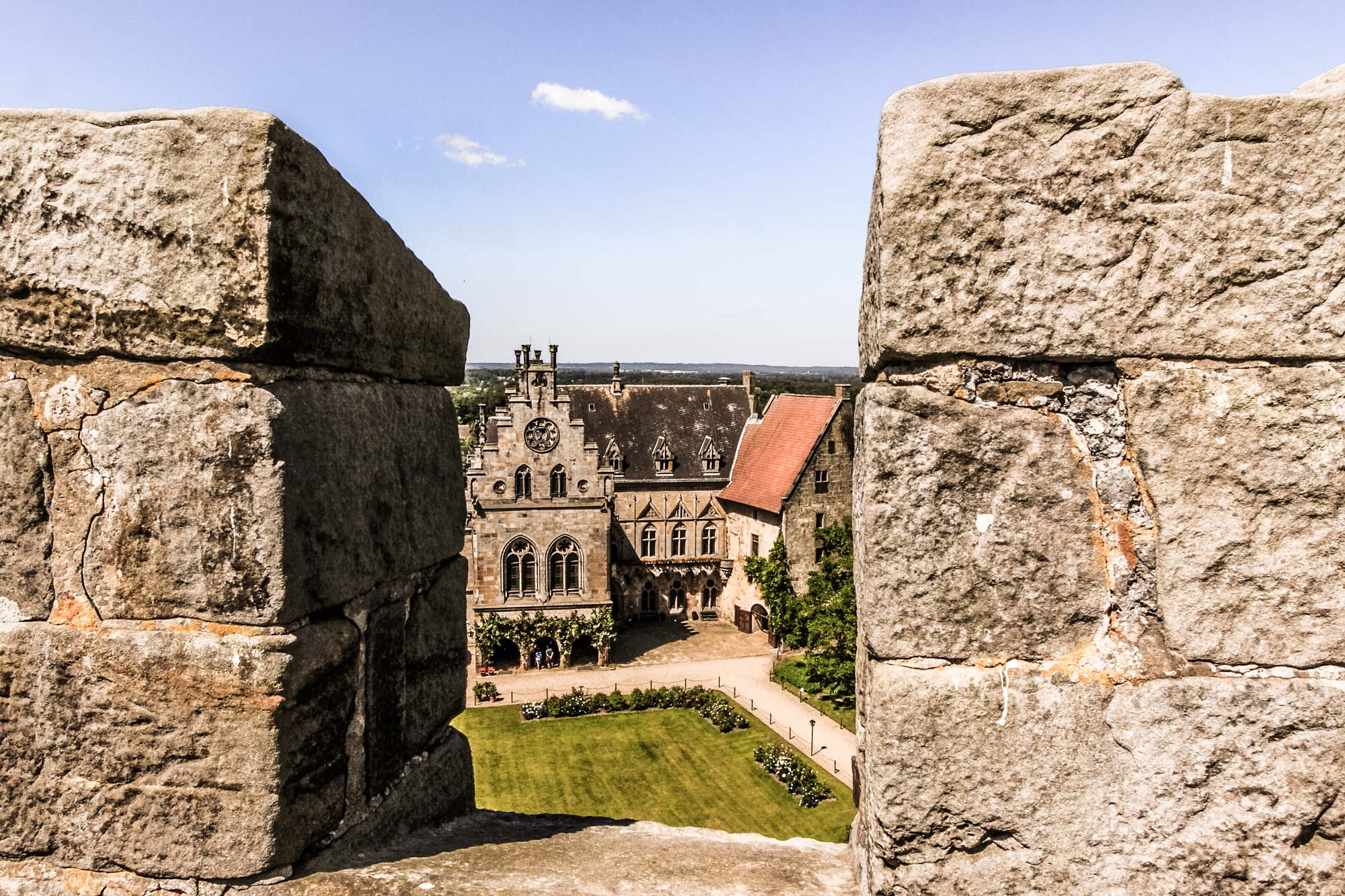 Inner courtyard of Bentheim Castle seen through a pinnacle of the Powder Tower © Thomas Wallmeyer